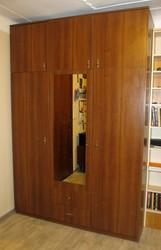 Шкаф 3-х дверный недорого с антресолью. Темный орех. в связи с переезд
