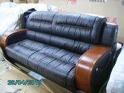 Продаются кожаные диваны с двумя креслами.